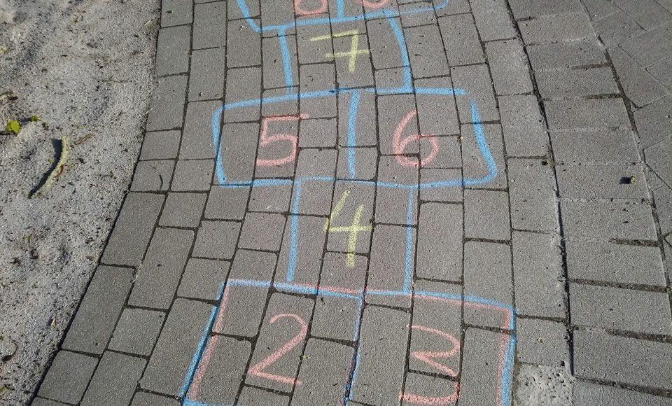 Mit Kreide auf die Straße gemaltes Hinkepank Spielfeld
